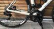 Carbon racefiets met electrische ondersteuning in zadelbuis/crank + batterij in drinkbus