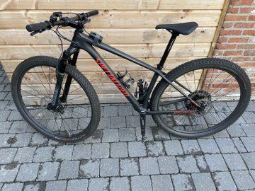 Mountainbike Specialized en fietsstandaard